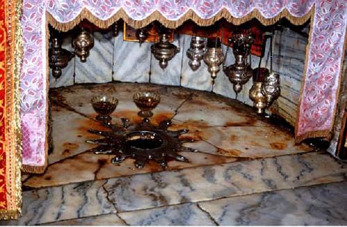 Tämä hopeinen tähti Syntymäkirkon lattiassa on paikalla, jossa Jeesus syntyi